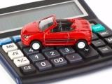 красная игрушечная машинка на калькуляторе