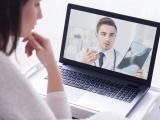 девушка разговаривает с врачом по видео