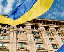 флаг украины на фоне верховной рады
