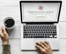 мужчина за чашкой кофе и ноутбуком
